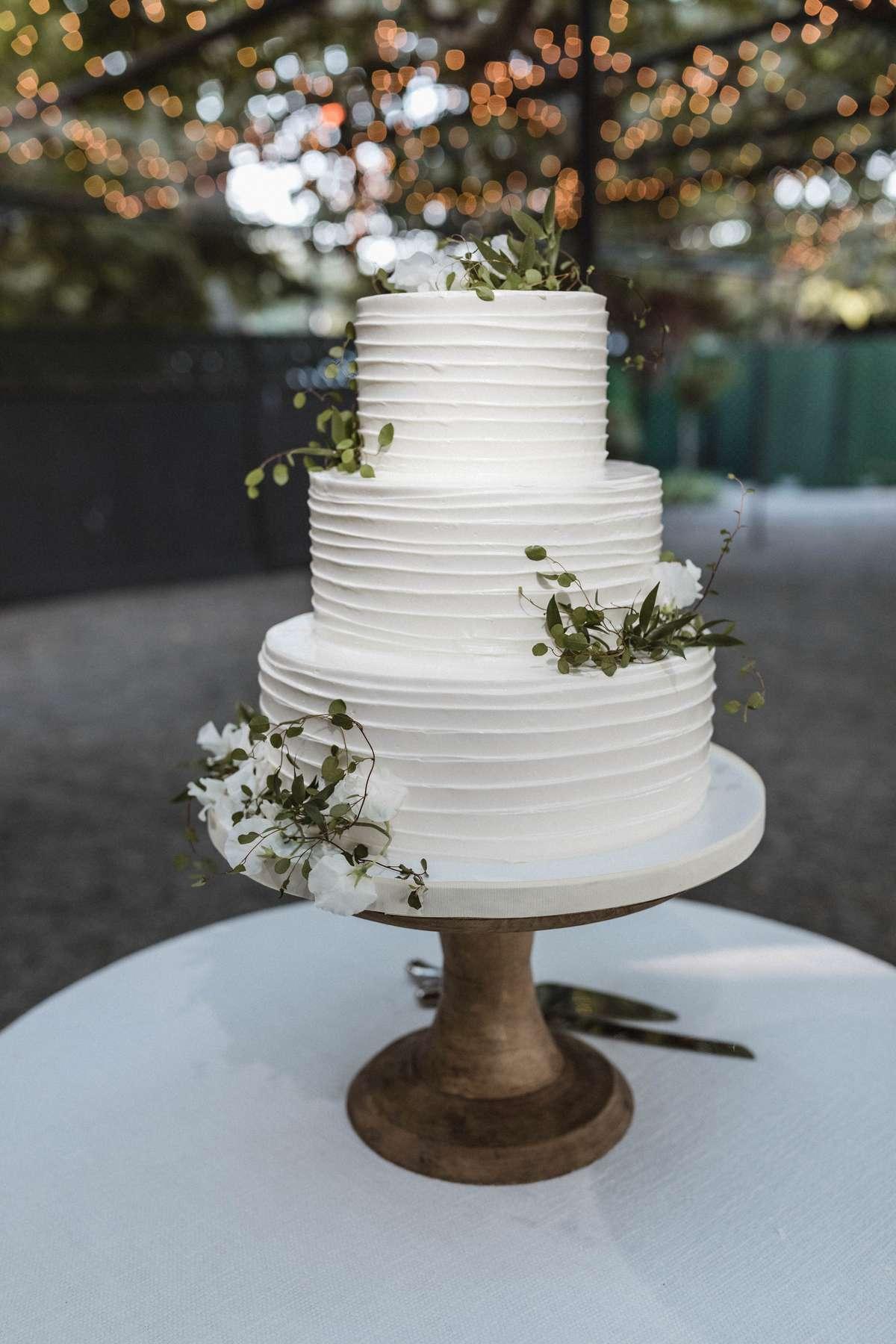 minimal wedding cake